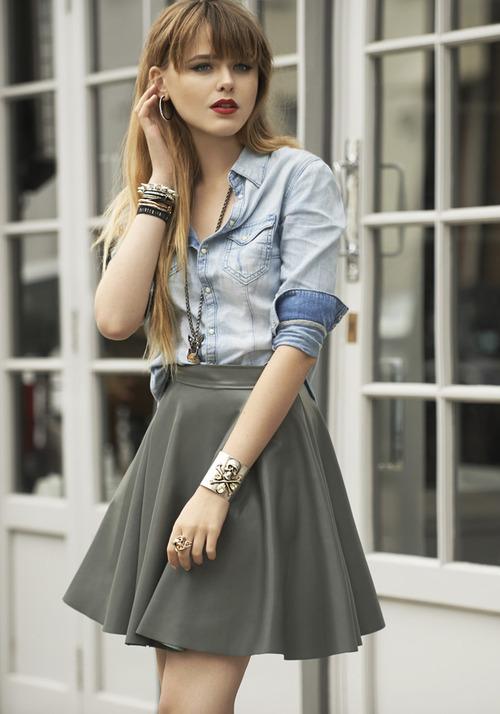 Tenue  Chemise en jean bleu clair, Jupe patineuse grise   Mode femmes 25e28ebb040e