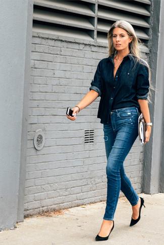 Essaie d'harmoniser une chemise en jean bleue marine avec un jean skinny déchiré bleu pour obtenir un look relax mais stylé. D'une humeur audacieuse? Complète ta tenue avec une paire de des escarpins en daim noirs.