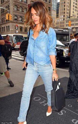 Pense à marier une chemise en jean bleue avec un jean boyfriend déchiré  bleu clair pour