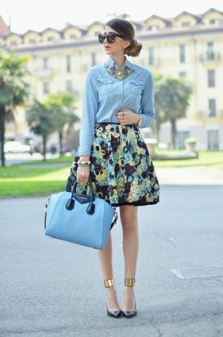 Opte pour une chemise en jean bleue claire avec une jupe évasée à fleurs noire pour une tenue idéale le week-end. Jouez la carte classique pour les chaussures et complète cet ensemble avec une paire de des escarpins en cuir noirs.
