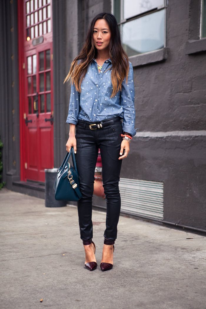 2b72ba5caad43 Tenue  Chemise en jean á pois bleue, Pantalon slim en cuir noir, Escarpins  en cuir bordeaux, Cartable en cuir bleu canard   Mode femmes