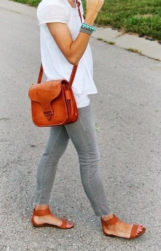 Harmonise une chemise paysanne brodée blanche avec un jean skinny gris pour un déjeuner le dimanche entre amies. Si tu veux éviter un look trop formel, fais d'une paire de des sandales plates en cuir tabac ton choix de souliers.