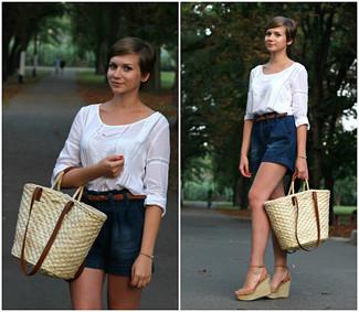 Ce combo d'une chemise paysanne blanche et d'un short en denim bleu marine attirera l'attention pour toutes les bonnes raisons. Une paire de des sandales compensées en daim brunes claires Sam Edelman est une option parfait pour complèter cette tenue.