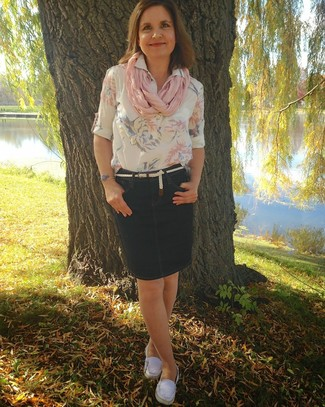 Pense à marier un chemisier à manches courtes à fleurs blanc avec une jupe crayon en denim bleue marine pour un look de tous les jours facile à porter. D'une humeur créatrice? Assortis ta tenue avec une paire de des mocassins en toile blancs.
