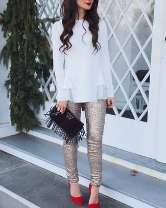 Comment porter: chemisier à manches longues à volants blanc, pantalon slim pailleté doré, escarpins en daim rouges, pochette en daim à franges noire