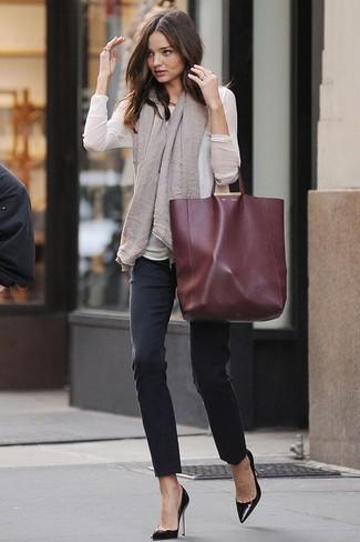Choisis un chemisier à manches longues blanc et un jean skinny noir et tu auras l'air d'une vraie poupée. Assortis ce look avec une paire de des escarpins en cuir noirs.