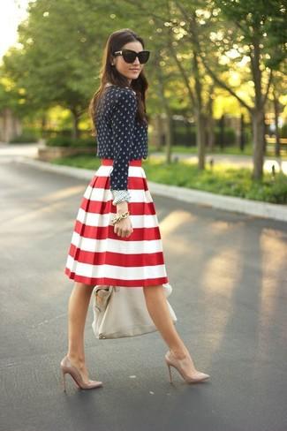 Associe un chemisier à manches longues á pois bleu marine et blanc avec un bracelet doré pour créer un style chic et glamour. Cette tenue est parfait avec une paire de des escarpins en cuir bruns clairs.
