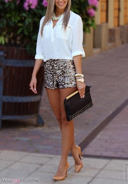 16f8f5d40bdf4 Comment porter  chemisier à manches longues blanc, short pailleté doré,  escarpins en cuir