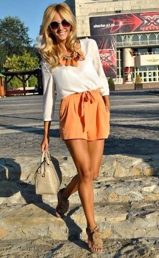 Pour une tenue de tous les jours pleine de caractère et de personnalité associe un chemisier à manches longues blanc avec un short orange. Assortis ce look avec une paire de des sandales à talons en tulle beiges.
