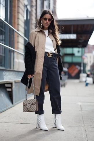Cómo combinar: chubasquero en beige, abrigo de piel negro, sudadera blanca, vaqueros boyfriend negros
