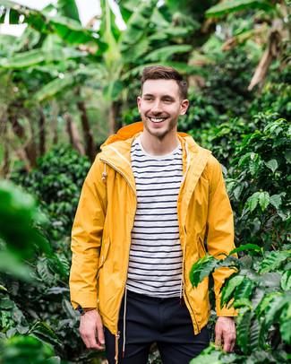 Cómo combinar: chubasquero amarillo, camiseta con cuello circular de rayas horizontales en blanco y azul marino, pantalón chino azul marino