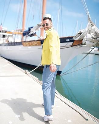 Cómo combinar: chubasquero amarillo, pantalón chino celeste, tenis de lona blancos