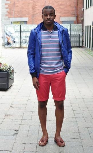 Cómo combinar: chubasquero azul, camisa polo de rayas horizontales azul, pantalones cortos rosa, mocasín con borlas de cuero marrón