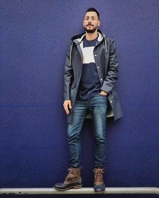 Cómo combinar: chubasquero azul marino, jersey con cuello circular en azul marino y blanco, vaqueros azul marino, botas para la nieve marrónes
