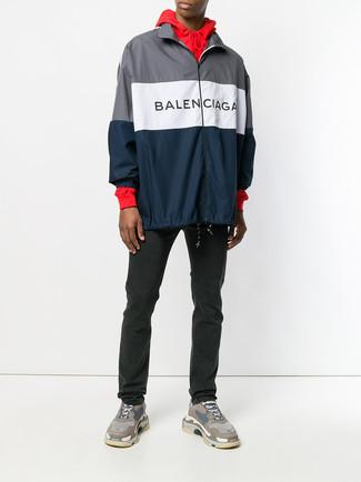 Cómo combinar: chubasquero azul marino, sudadera con capucha roja, vaqueros negros, deportivas marrónes