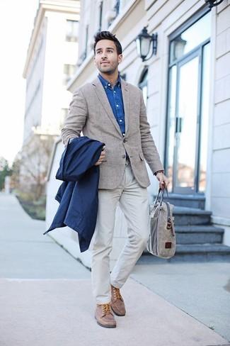 Cómo combinar: chubasquero azul marino, blazer de tartán en beige, camisa vaquera azul, pantalón chino blanco