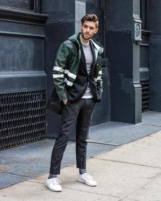 Cómo combinar: chubasquero verde oscuro, blazer de lana en gris oscuro, jersey con cuello circular gris, camiseta con cuello circular blanca