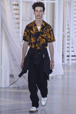 Cómo combinar: chubasquero negro, camisa de manga corta estampada negra, camiseta sin mangas blanca, pantalón chino negro