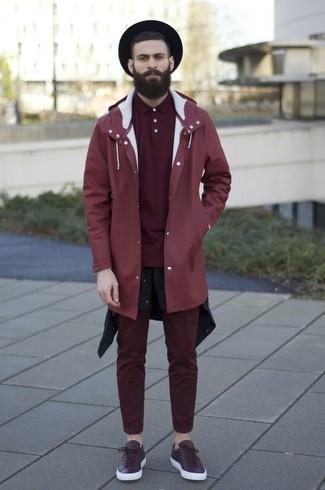 Cómo combinar: chubasquero rojo, camisa de manga larga negra, camisa polo burdeos, pantalón chino burdeos