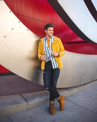 Look de moda: Chubasquero amarillo, Camisa de manga larga de rayas verticales en blanco y azul, Camiseta con cuello circular mostaza, Vaqueros desgastados azul marino