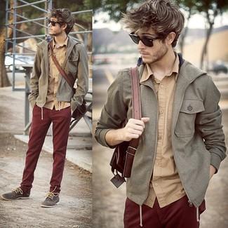 Cómo combinar: chubasquero gris, camisa de manga larga marrón claro, pantalón chino burdeos, zapatos derby de ante en gris oscuro