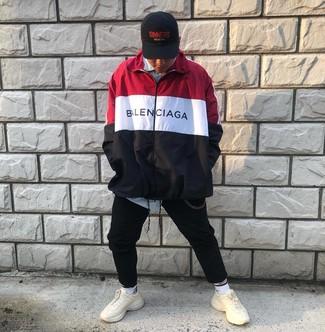 Cómo combinar: chubasquero en blanco y rojo y azul marino, camisa de manga larga de rayas verticales celeste, pantalón de chándal negro, deportivas en beige