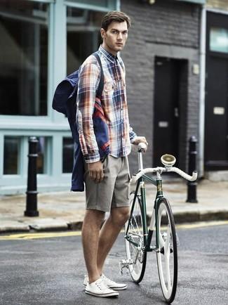 Cómo combinar: chubasquero azul marino, camisa de manga larga de tartán en blanco y rojo y azul marino, pantalones cortos grises, tenis de lona blancos
