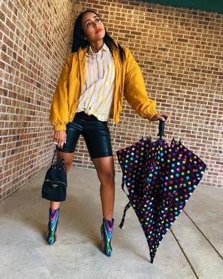 Cómo combinar: chubasquero mostaza, camisa de vestir de rayas verticales amarilla, mallas ciclistas de cuero negras, botines de lentejuelas en multicolor