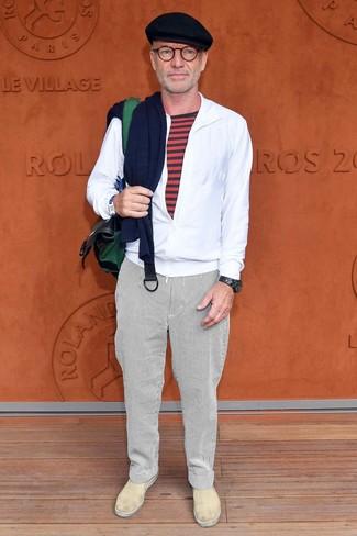 Cómo combinar: chubasquero blanco, camiseta con cuello circular de rayas horizontales roja, pantalón chino de rayas verticales blanco, zapatillas slip-on de cuero en beige