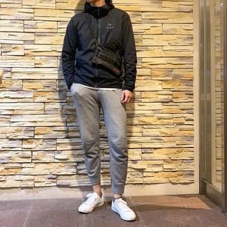 Cómo combinar: chubasquero negro, camiseta con cuello circular blanca, pantalón de chándal gris, tenis blancos
