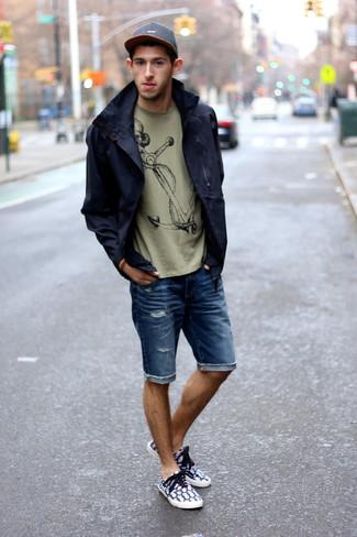 Cómo combinar: chubasquero azul marino, camiseta con cuello circular estampada verde oliva, pantalones cortos vaqueros azules, zapatillas plimsoll estampadas en azul marino y blanco