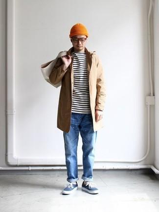Cómo combinar: chubasquero marrón claro, camiseta de manga larga de rayas horizontales en blanco y negro, vaqueros azules, tenis de lona azules
