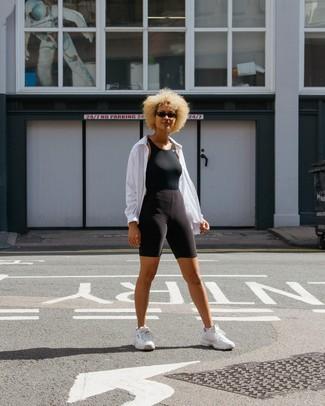 Cómo combinar: chubasquero blanco, camiseta sin manga negra, mallas ciclistas negras, deportivas blancas