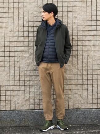 Cómo combinar: chubasquero verde oliva, chaleco de abrigo azul marino, camisa de manga larga azul marino, pantalón chino marrón claro