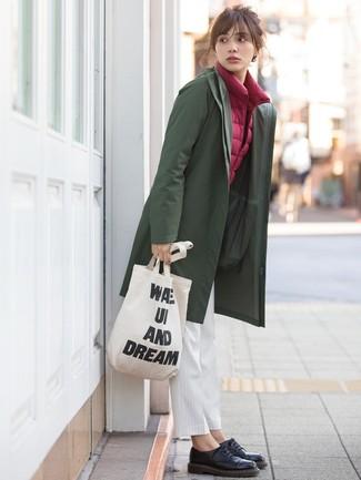 Cómo combinar: chubasquero verde oliva, chaqueta sin mangas burdeos, pantalón de pinzas de rayas verticales blanco, zapatos oxford de cuero negros