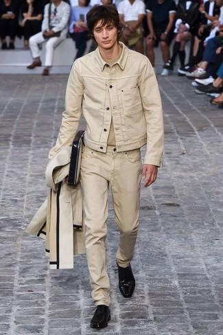 Cómo combinar: chubasquero en beige, chaqueta vaquera en beige, camiseta con cuello circular en beige, vaqueros en beige