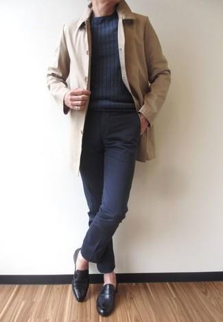Cómo combinar: chubasquero en beige, jersey con cuello circular en gris oscuro, pantalón de vestir negro, mocasín de cuero negro
