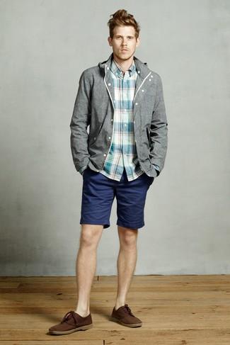 Cómo combinar: chubasquero gris, camisa de manga larga de tartán en verde azulado, pantalones cortos azul marino, botas safari de ante en marrón oscuro