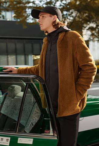 Cómo combinar: chubasquero negro, jersey con cremallera de forro polar en tabaco, jersey de cuello alto negro, pantalón chino negro