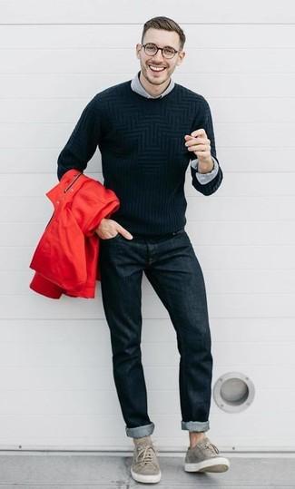 Cómo combinar: chubasquero rojo, jersey con cuello circular negro, camisa de manga larga gris, vaqueros negros