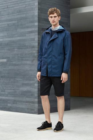 Cómo combinar: chubasquero azul marino, jersey con cuello circular azul marino, camisa de vestir celeste, pantalones cortos negros