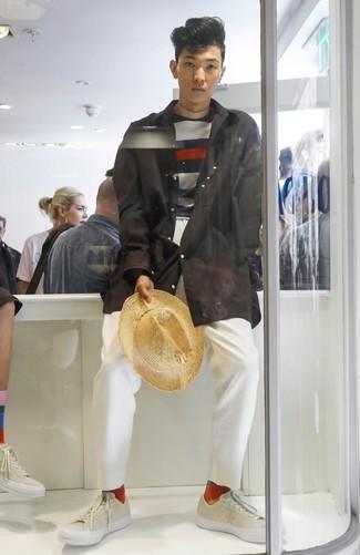 Cómo combinar: chubasquero negro, jersey con cuello circular de rayas horizontales en azul marino y blanco, pantalón chino blanco, tenis de cuero en beige