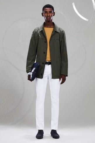 Cómo combinar: chubasquero verde oliva, jersey con cuello circular amarillo, pantalón chino blanco, zapatos derby de ante negros