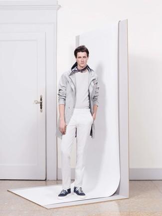 Cómo combinar: chubasquero gris, jersey con cuello circular blanco, pantalón de vestir blanco, tenis azul marino