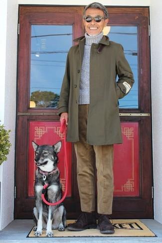 Cómo combinar: chubasquero verde oliva, jersey de cuello alto gris, pantalón chino de pana marrón, botas safari de ante en marrón oscuro