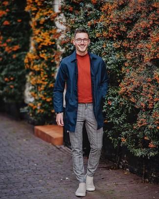 Cómo combinar: chubasquero azul marino, jersey de cuello alto rojo, pantalón de vestir de lana a cuadros gris, botines chelsea de ante grises