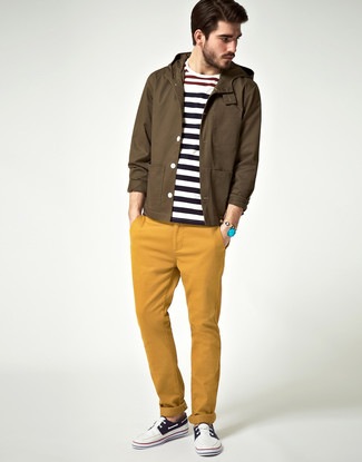 Cómo combinar: chubasquero marrón, jersey con cuello circular de rayas horizontales en blanco y azul marino, pantalón chino mostaza, náuticos en azul marino y blanco