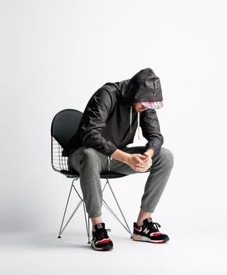 Cómo combinar: chubasquero negro, pantalón de chándal en gris oscuro, deportivas negras, gorra de béisbol de tartán roja