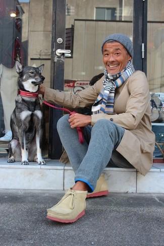 Cómo combinar: chubasquero en beige, pantalón chino de lana azul, botas safari de ante marrón claro, gorro azul