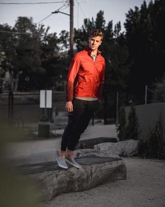 Cómo combinar: chubasquero rojo, camisa polo gris, pantalón de chándal negro, zapatillas slip-on de cuero grises